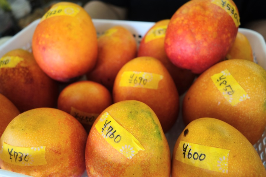あたらす市場の量り売りマンゴーの値段