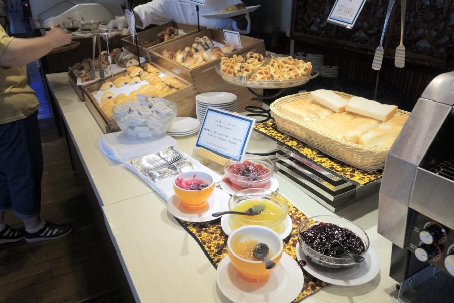 ホテルブリーズベイマリーナの朝食ビュッフェのパンコーナー