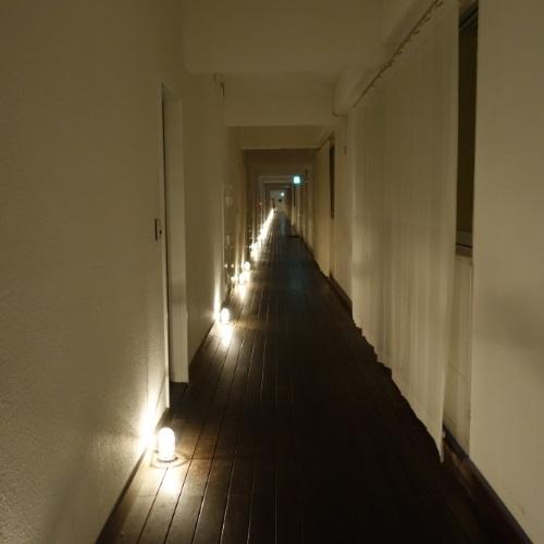 イーフビーチホテルの廊下(夜)