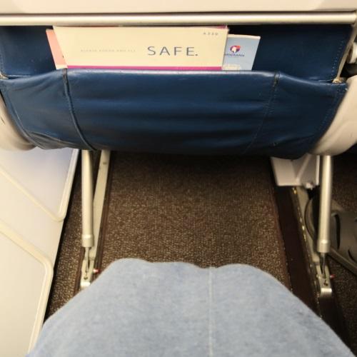 ハワイアン航空のエクストラコンフォート席の足元の広さ