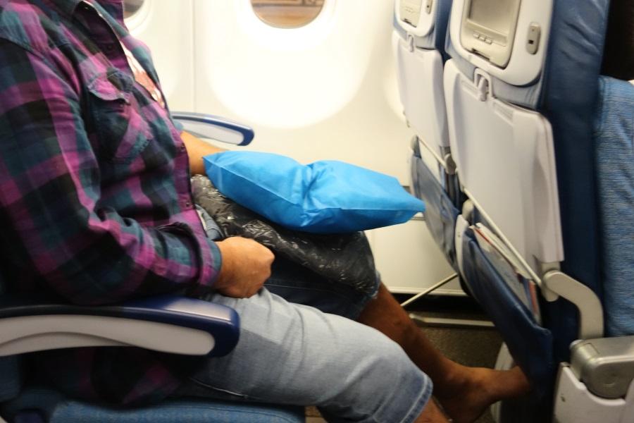 ハワイアン航空のエクストラコンフォート席に男性が座ったところ