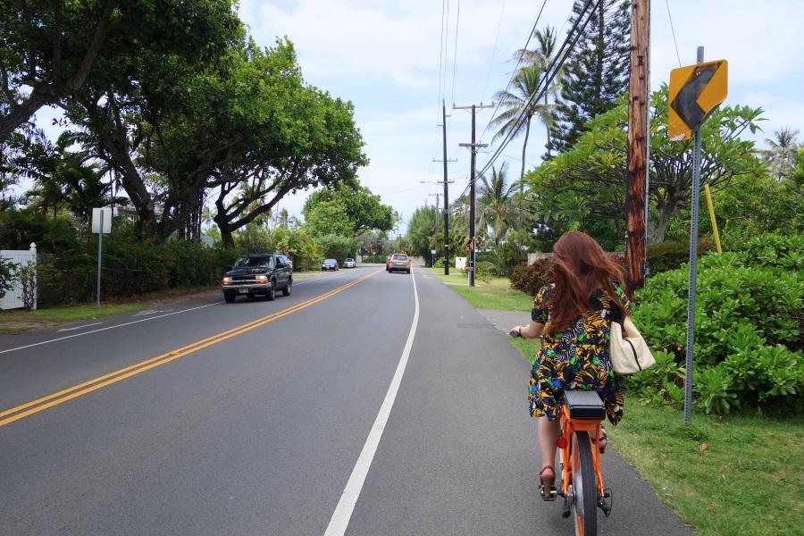 カイルアビーチまで自転車で向かっているところ