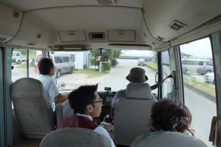 久米島はての浜ツアーの送迎バス