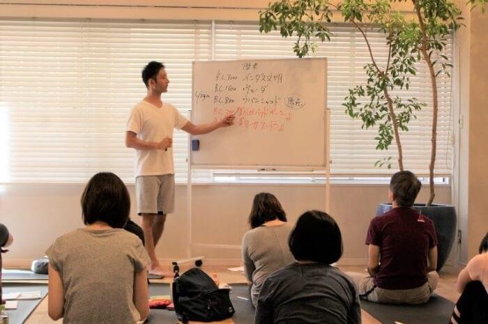 リラヨガのティーチャートレーニングのヨガ哲学の講義風景