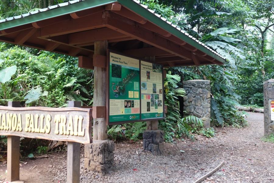 マノアの滝のトレッキングコース入口