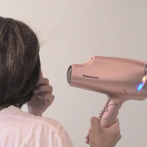 ナノケアドライヤーのスカルプモードで髪を乾かしているところ