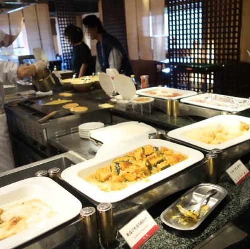 ホテルおくゆもとの朝のオープンキッチン
