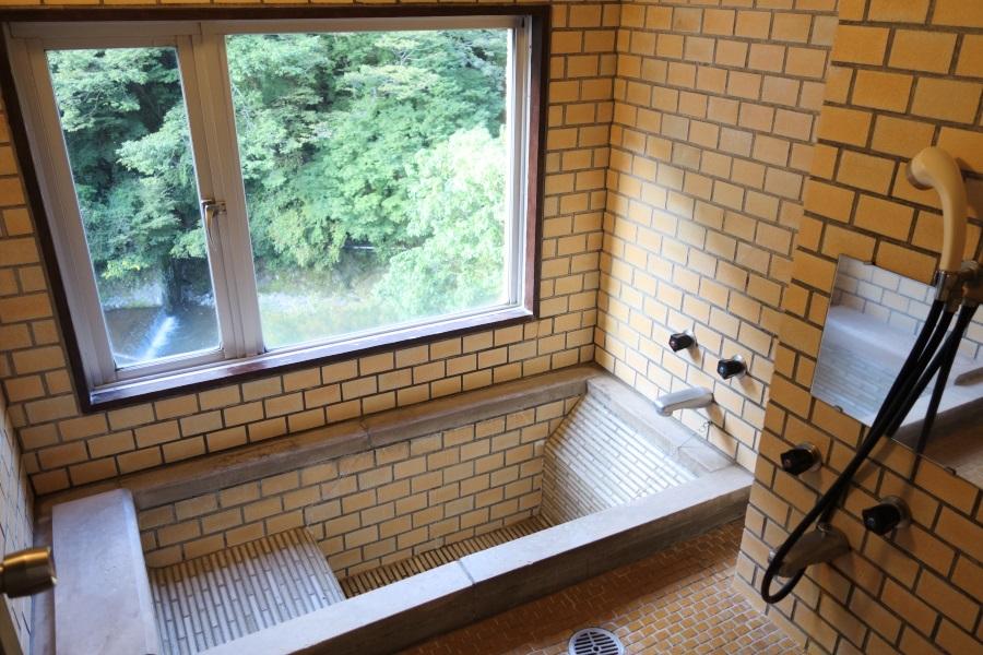 ホテルおくゆもとの和室の内風呂の写真
