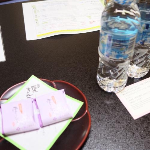 ホテルおくゆもとの和室のお茶菓子