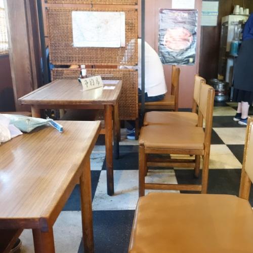 松琴楼のテーブル席