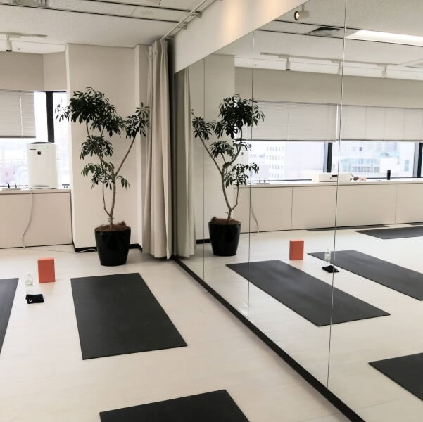 YMCヨガインストラクター養成スクールのスタジオの鏡